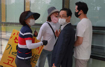 이만희 영장실질심사, 신천지 관계자에게 항의하는 피해자들