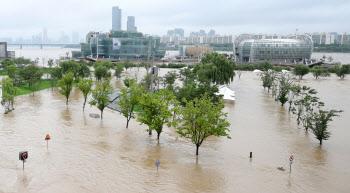 장맛비로 한강물 범람한 반포지구 시민공원