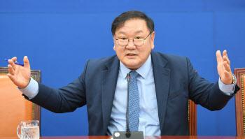 취재진 질문에 답하는 김태년 민주당 원내대표