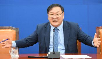 취재진 질문에 답하는 김태년 더불어민주당 원내대표