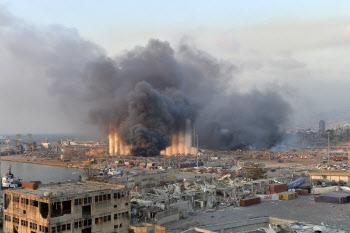 레바논 베이루트 항구 폭발 현장에서 뿜어져 나오는 검은 연기