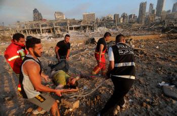 레바논 베이루트 폭발 부상자 이송하는 소방대원들