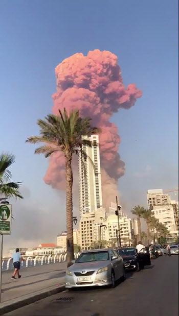 레바논 베이루트 폭발 현장에서 솟아오르는 연기 기둥