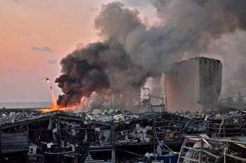 레바논 베이루트 폭발 현장에서 진화작업 벌이는 소방헬기