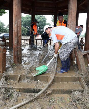 수해 복구 '구슬땀' 흘리는 의용소방대원들