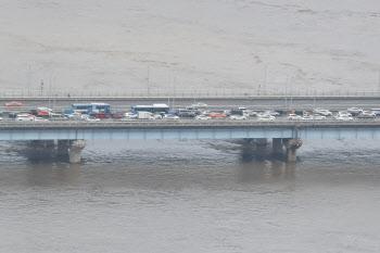 한강 수위 상승과 지속되는 교통체증