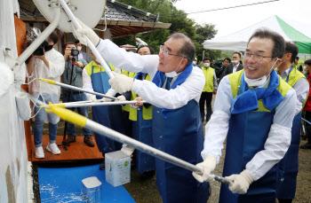 봉사활동하는 이개호 위원장과 이성희 농협회장