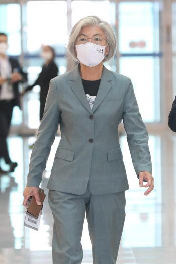 강경화 외교부 장관, 6개월만에 대면외교