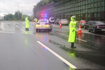 침수 위험이 있는 올림픽대로 진입 막는 경찰