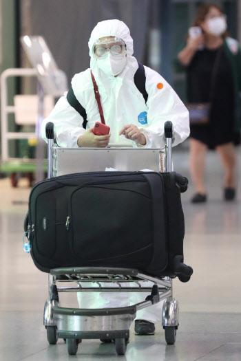 방호복 입고 입국하는 승객