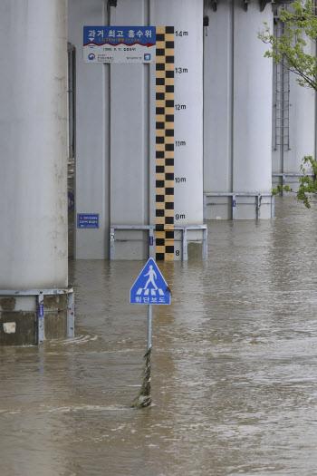 차량 통행 재개 수위 6.2m 돼야...아직은 수위 높은 잠수교