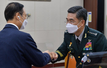 인사청문회에 앞서 의원들과 인사 나누는 서욱 국방장관 후보자