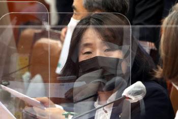 국회 환노위 회의 진행 바라보는 윤미향 더불어민주당 의원