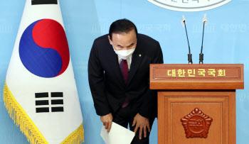 고개숙인 박덕흠 의원, '국민의힘 전격 탈당'