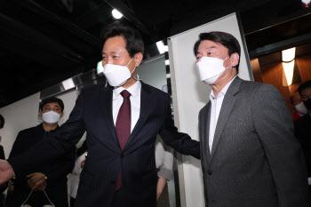 '국민의힘 개표 상황실 찾은 안철수'