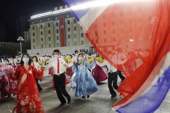 태양절 맞아 춤추는 북한 청년들