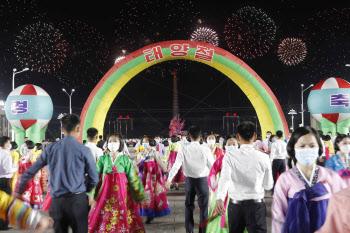 태양절, 기념 야회에서 춤추는 북한 청년들