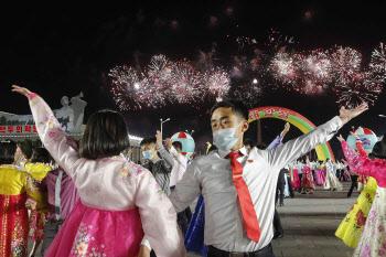 태양절, 불꽃놀이 속 춤추는 북한 청년들