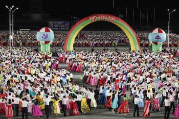 김일성 광장서 춤추는 북한 청년들
