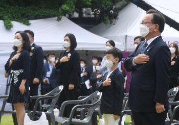 '6.10 민주항쟁 기념식'에서 국기에 대한 경례하는 김부겸 총리