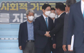 김경수-김두관 악수